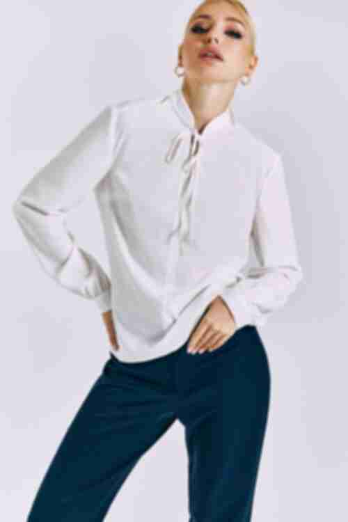 Блузка с завязкой на шее молочная