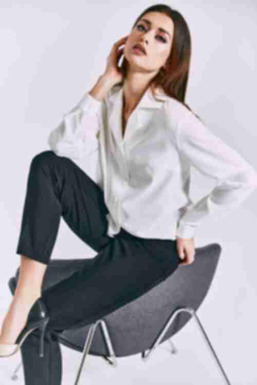 Блуза з коміром на гудзиках молочна