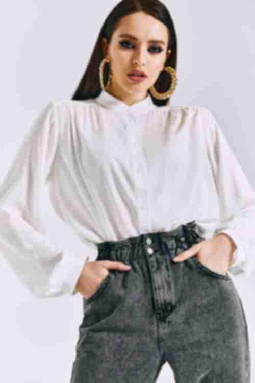 Блузка с объемными рукавами на пуговицах из штапеля молочная