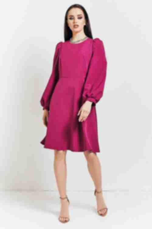 Женское короткое платье с юбкой трапецией цвета темной фуксии