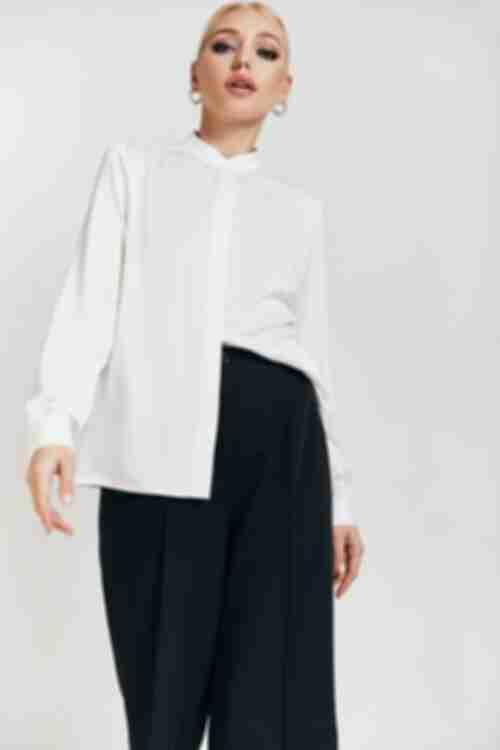 Женская блузка с воротником стойкой молочная