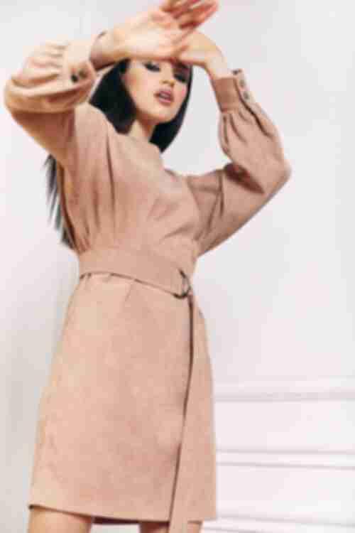 Короткое женское вельветовое платье с поясом латте