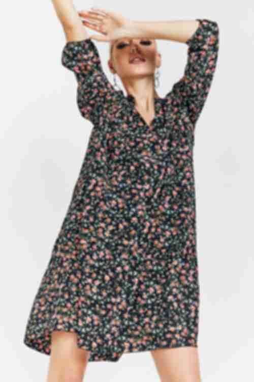Черное ярусное платье из софта в цветы