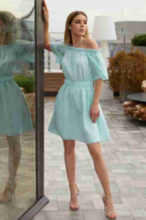 Короткое платье с открытыми плечами батист с вышивкой мятное