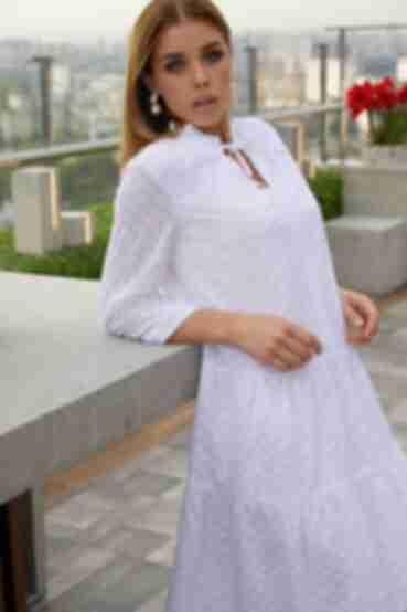 Ярусное короткое платье вышитые цветы на белом