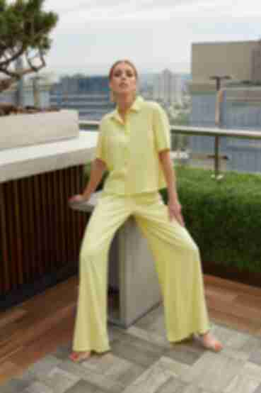 Костюм желтый рубашка и брюки клеш