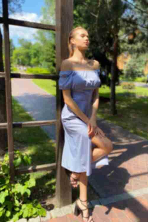 Платье с боковым разрезом молочные горохи на фоне ниагара