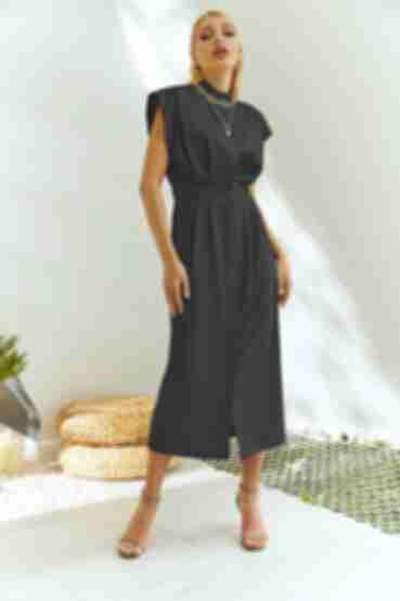 Черное платье на пуговицах и воротником стойкой