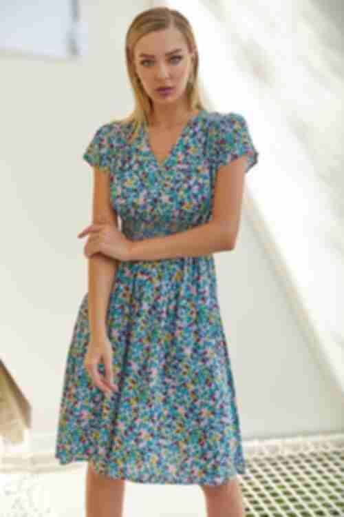 Платье до колена с поясом-резинкой веточки на фрезовом