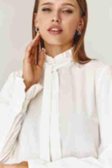 Блуза с воротником-стойкой молочного цвета