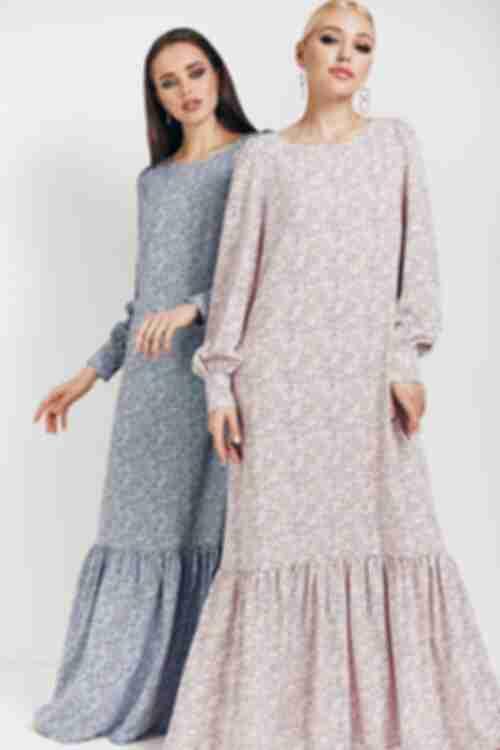 Длинное платье из софта в темно-синие капли на пудровом