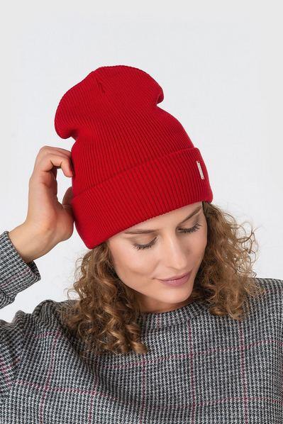 Вязаная шапка красная из коттона