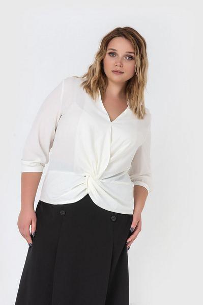 Женская блузка на запах молочная большой размер