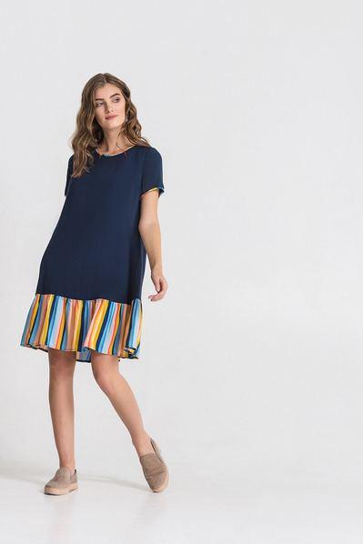 Синее платье с розово-желтой оборкой
