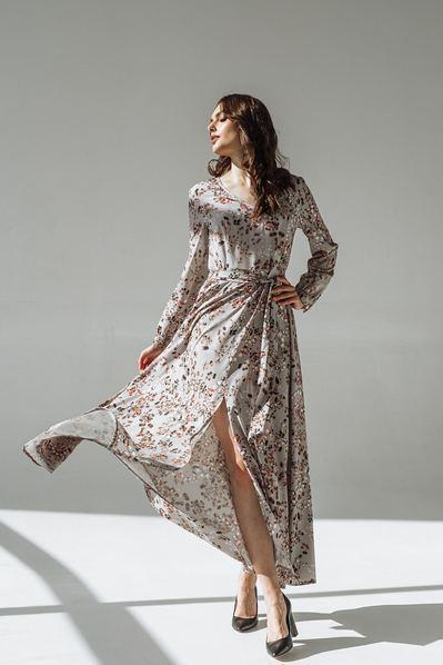 Длинное платье с поясом веточки на графитовом