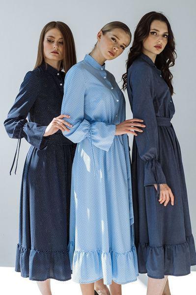 Платье с оборкой молочный мелкий горох на темно-синем фоне