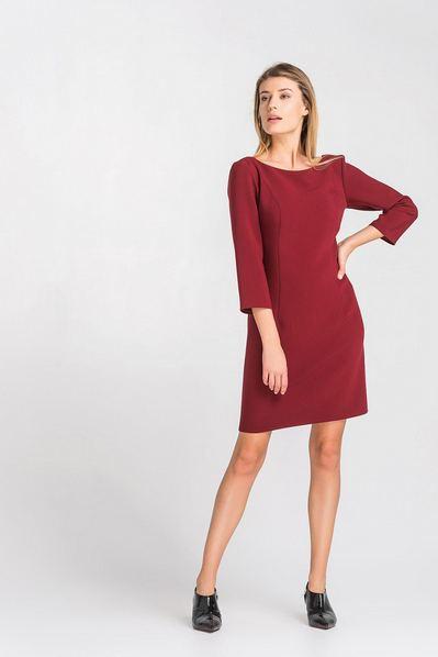 Ягодное платье-футляр с вырезом на спине