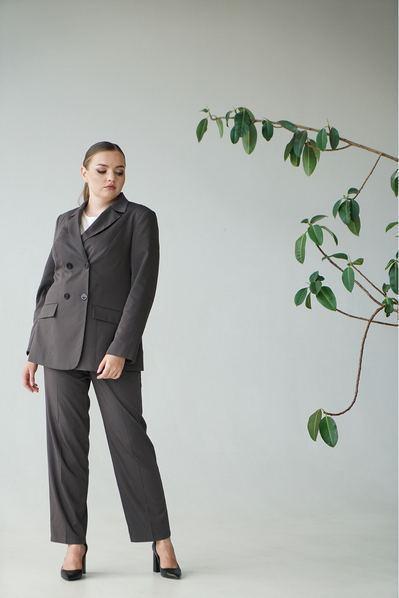Женский костюм прямые брюки и жакет графитово-коричневый большой размер