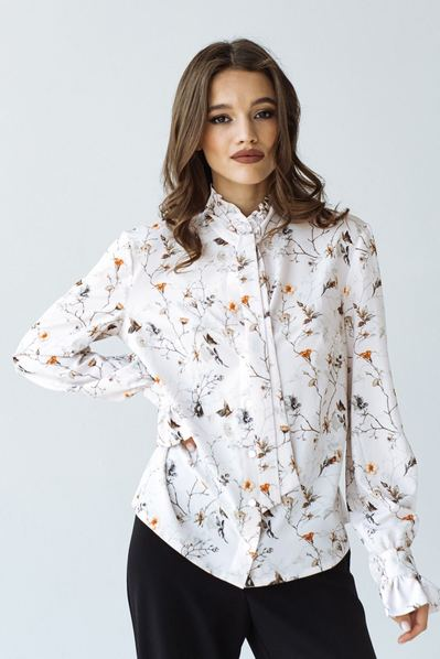 Блуза с воротником-стойкой красные цветы на пудровом