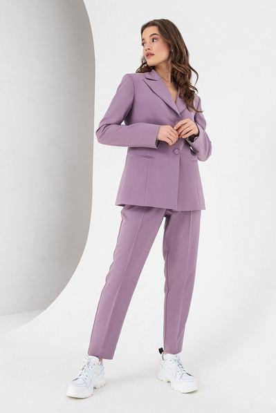 Лавандовый костюм из зауженных брюк и жакета
