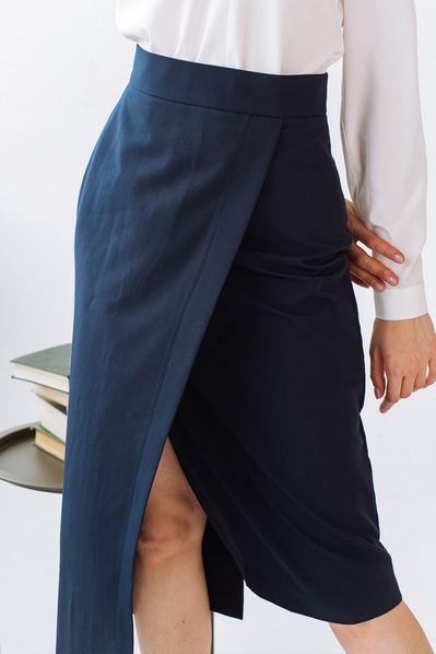 Асимметричная юбка синяя из костюмной ткани