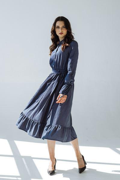 Платье с оборкой мелкий горох на темно-синем фоне