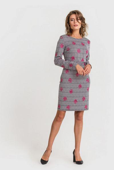 Трикотажное платье с втачным поясом розовые цветы на черно-белой клетке