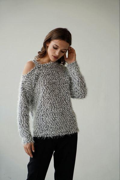 Теплый свитер с открытым плечем ворс с люрексом черный