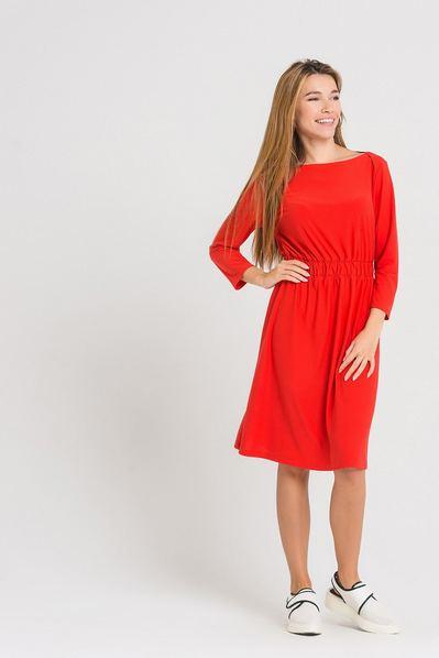 Трикотажное платье оранжевое с резинкой на поясе