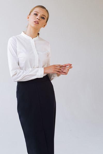 Темно-синяя юбка карандаш со шлицей впереди из костюмной ткани
