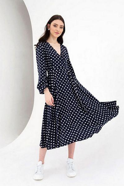 Платье на запах с поясом в молочный горох на синем