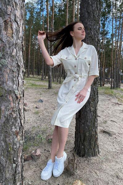 Платье-рубашка с накладными карманами молочного цвета