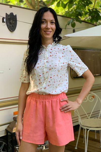 Молочная женская блуза с коротким рукавом в весение цветы