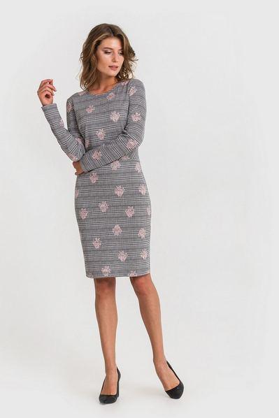 Трикотажное платье с втачным поясом пудровые цветы на черно-белой клетке