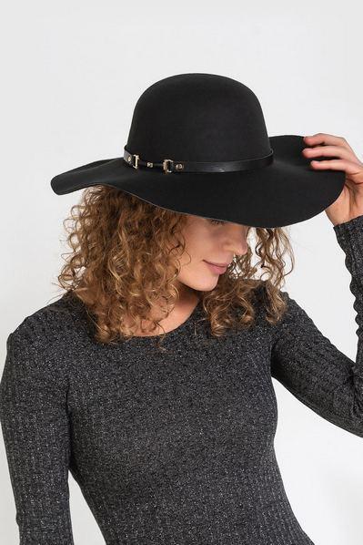 Чорная шляпка теплая с золотой пряжкой