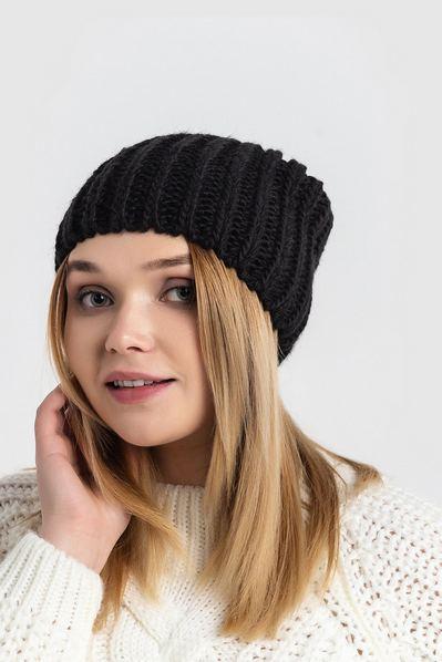 Вязаная шапка черная косичками