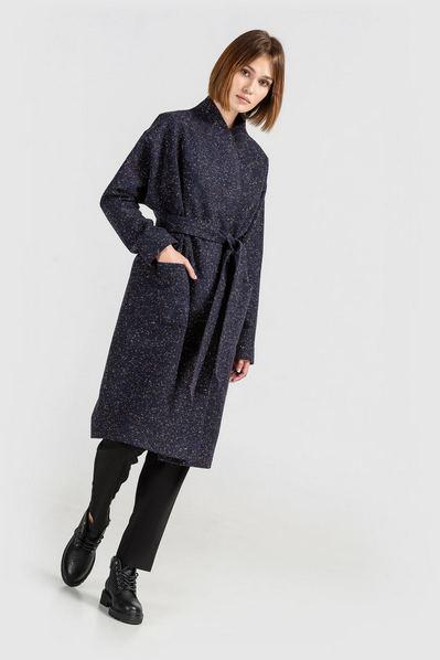 Темно-синее пальто на запах с поясом в разноцветные капли