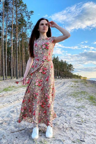 Длинное платье розовые пионы на фоне латте