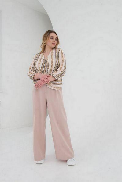 Женская блузка с запахом принт цепи на пудровом