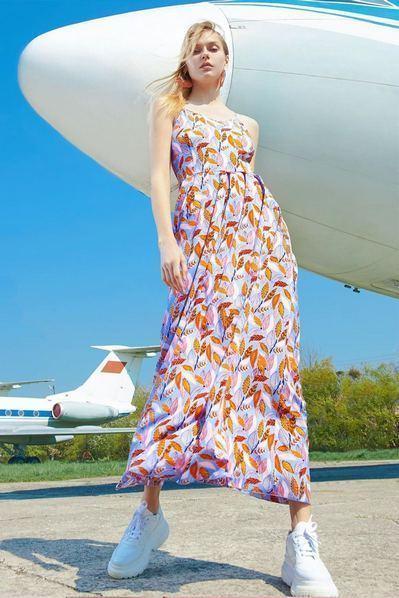 Летнее платье макси на бретелях с листьями на небесно-лавандовом