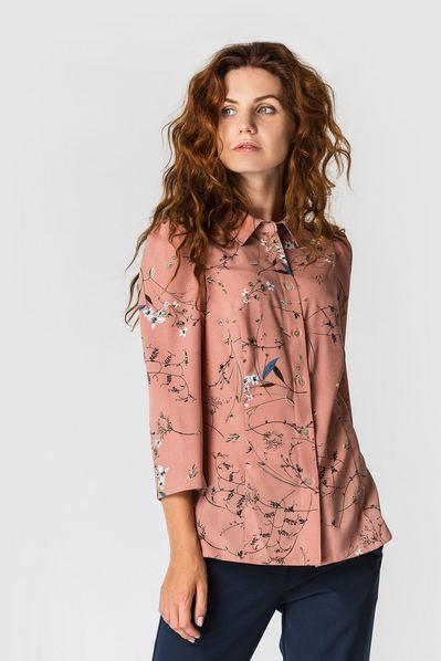 Женская блузка приталенная с растительным принтом на темно-фрезовом фоне