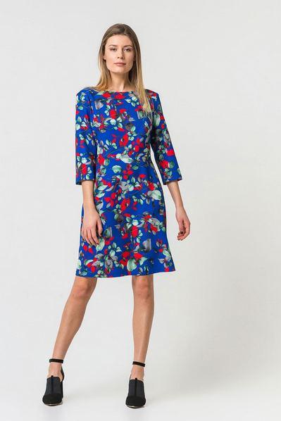 Приталенное платье до колен принт листья на синем