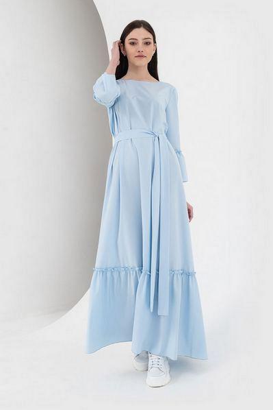 Длинное платье с оборками и поясом небесное
