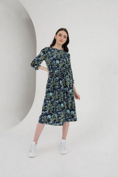 Платье до колен с разрезами на рукавах в полевые цветы на синем