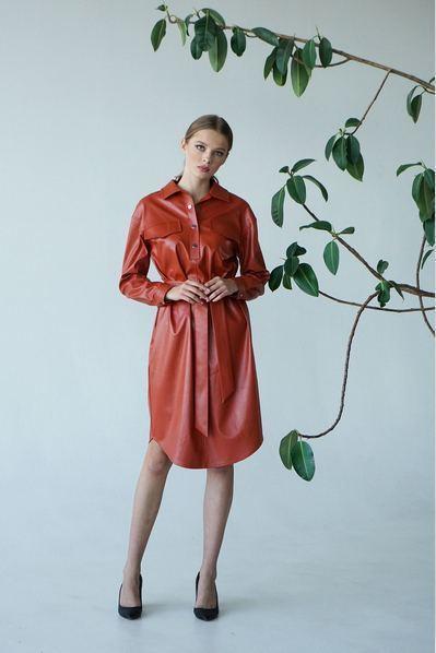 Платье-рубашка на пуговицах из эко-кожи терракотовое