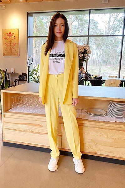 Женский костюм жакет и прямые брюки лимонные