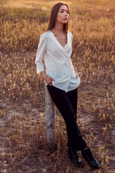 Прямая блузка на запах молочная