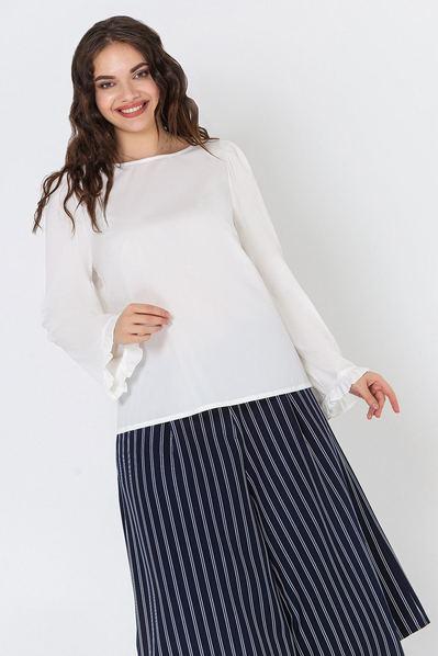Молочная блузка прямая с оборкой на рукавах большой размер