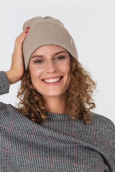 Вязаная шапка бежевая из коттона