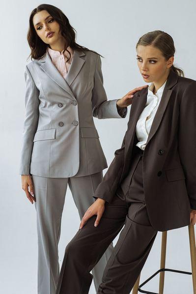 Женский костюм прямые брюки и жакет графитового цвета